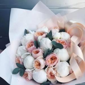 Букет белые пионы и пионовидные розы R508