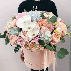 Сборная коробка с пионовидными розами и орхидеями R476